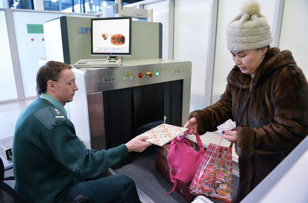 Таможенный пост в аэропорту. Архивное фото - Sputnik Таджикистан