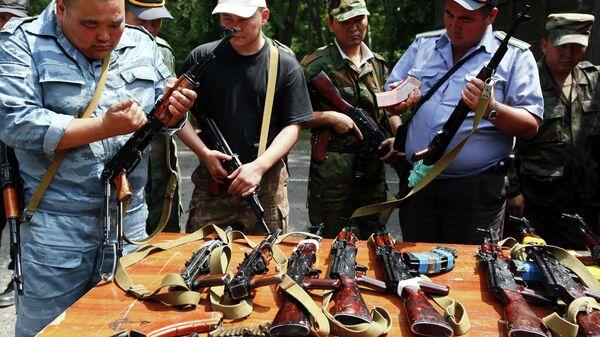 Изъятое в ходе рейдов сотрудниками правоохранительных органов оружие. Кыргызстан, Ош. Архивное фото - Sputnik Таджикистан