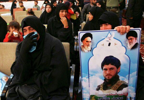Церемония памяти по ополченчам иракской шиитской группы, которые погибли в боях с ИГ в Багдаде. Архивное фото. - Sputnik Таджикистан