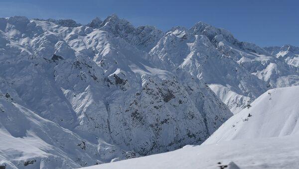 Горы по дороге Душанбе- Худжанд, архивное фото - Sputnik Таджикистан