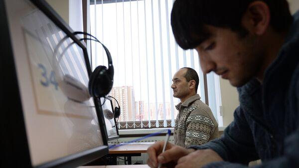Электронное тестирование на знание русского языка. Архивное фото - Sputnik Таджикистан