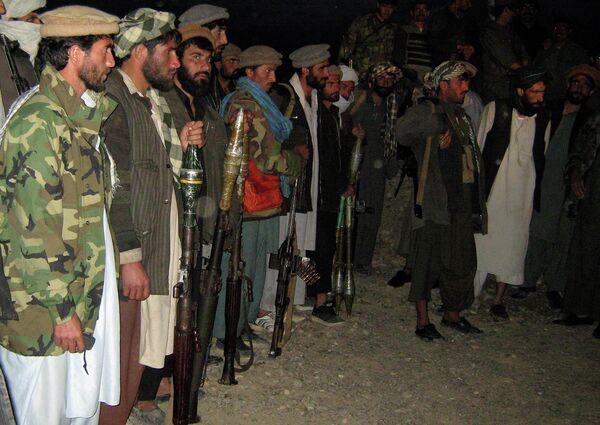 Бойцы Исламской партии Афганистана на сдаче оружия афганской полиции. Архивное фото - Sputnik Таджикистан