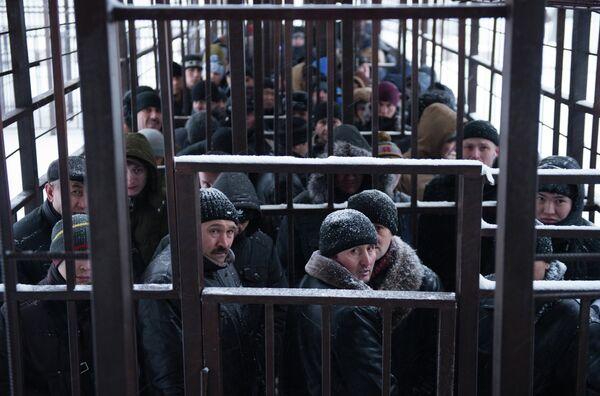 Очередь мигрантов у отделения УФМС по Москве. Архивное фото - Sputnik Таджикистан