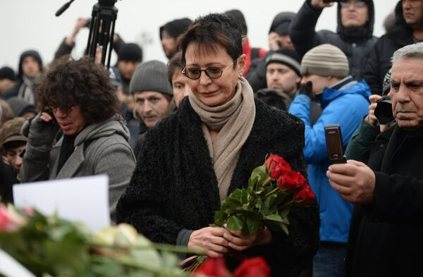Цветы на месте убийства политика Бориса Немцова - Sputnik Таджикистан