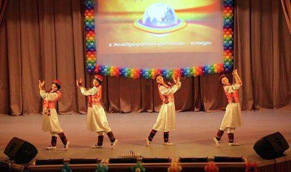 Таджикская танцевальная группа Нур выступила на II Международном фестивале Радуга мира - Sputnik Таджикистан