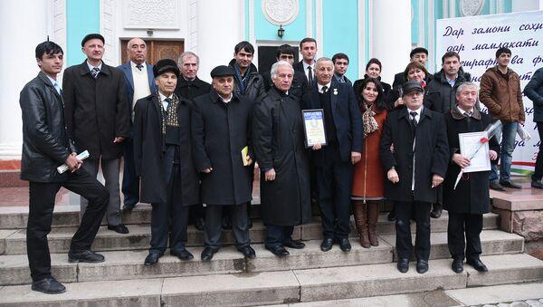 Журналисты возле театра им. Лохути после церемонии награждения, приуроченного ко Дню Печати Таджикистана - Sputnik Таджикистан