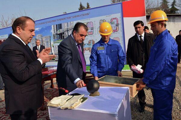 Эмомали Рахмон во время церемонии закладки капсулы будущего здания Амонатбанка РТ - Sputnik Таджикистан