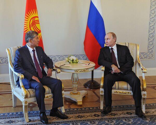 Президент России В.Путин встретился с главой Кыргызстана А.Атамбаевым в Стрельне - Sputnik Таджикистан