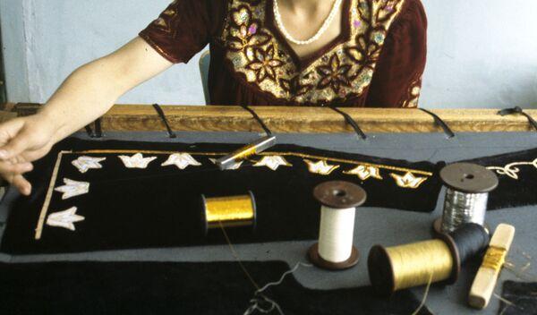 Ручная вышивка таджикского национального костюма. Архивное фото - Sputnik Таджикистан
