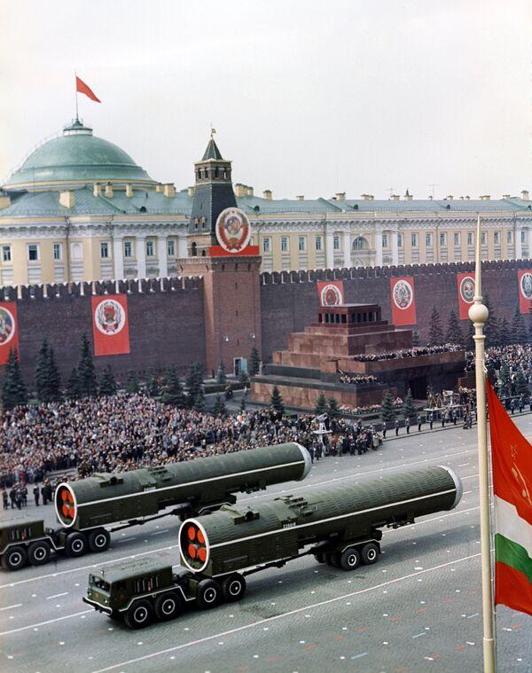 Военный парад на Красной площади в день 20-летия Победы в ВОВ. Архивное фото. - Sputnik Таджикистан