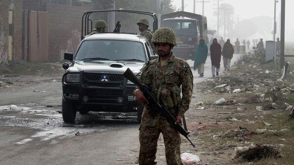Пакистанский военный охраняет дорогу на пути в Центральную тюрьму. Архивное фото - Sputnik Таджикистан