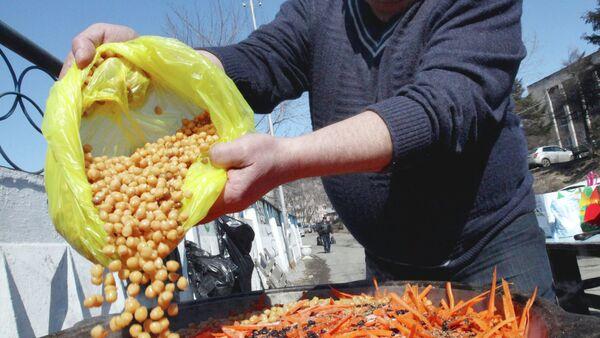 Мужчина готовит плов. Архивное фото - Sputnik Таджикистан