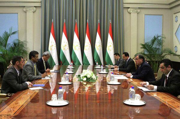 Эмомали Рахмон принял исполнительного директора Совета директоров Азиатского банка развития Умеша Кумара - Sputnik Таджикистан
