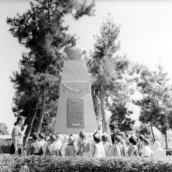 Памятник  Николаю Томину в городе Курган-Тюбе. Архивное фото - Sputnik Таджикистан