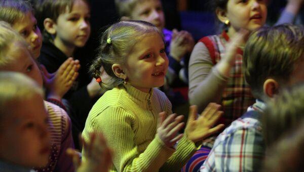 Дети смотрят спектакль.  Архивное фото - Sputnik Таджикистан