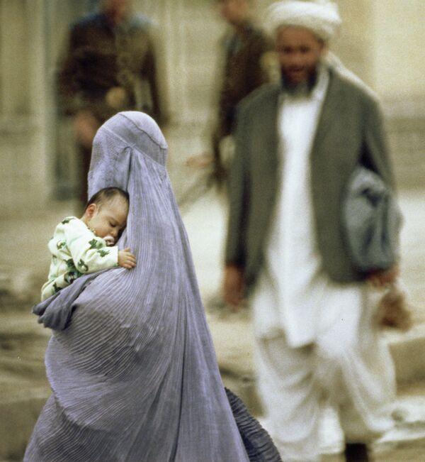 Афганская женщина в Кабуле. Архивное фото. - Sputnik Таджикистан