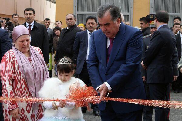 Президент РТ сдал в эксплуатацию жилой дом в Кайраккуме построенный Турсуной Закировой - Sputnik Таджикистан