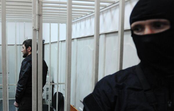 Подозреваемый в убийстве политика Бориса Немцова Заур Дадаев (слева) в Басманном суде города Москвы. Архивное фото - Sputnik Таджикистан