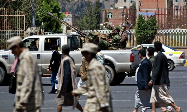 Патруль хуситов сопровождает похоронную процессию. - Sputnik Таджикистан