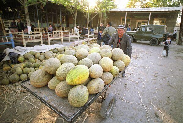 Дыни на центральном рынке Андижана в Узбекистане. Архивное фото - Sputnik Таджикистан