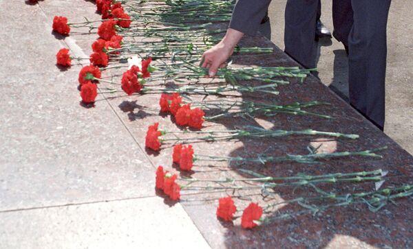 Гвоздики на мраморной плите. Архивное фото - Sputnik Таджикистан