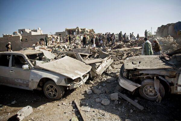 Поиски выживших в районе аэропорта Саны, который подвергся авианалету ВВС Саудовской Аравии. 26 марта 2015 года - Sputnik Таджикистан