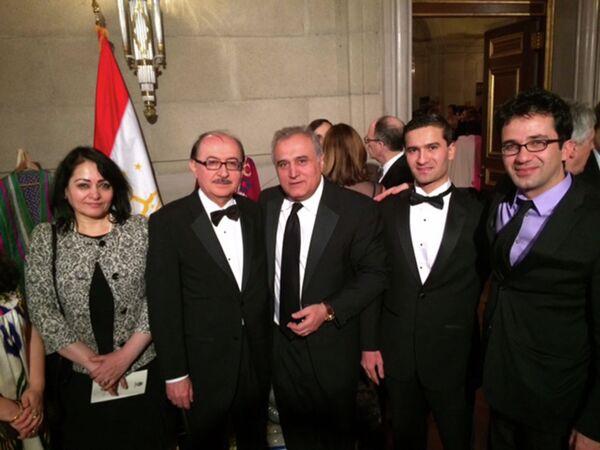 Справа налево: Председатель Таджикско-Американского общества Мардон Шарипов, бывший консул Таджикистана в США Иброхим Халимов,  уроженец Таджикистана и гражданин США Сафаршо Меробшоев, бывший Посол РТ в США Нуриддин Шамсов с супругой. Архивное фото - Sputnik Таджикистан