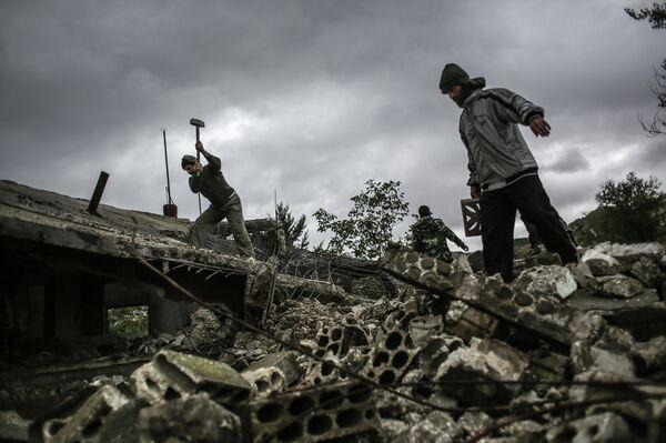 Жители разбирают завалы дома, который был взорван в результате штурма села Удин. Архивное фото. - Sputnik Таджикистан