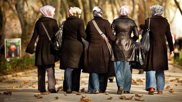 Девушки в хиджабах, архивное фото - Sputnik Тоҷикистон