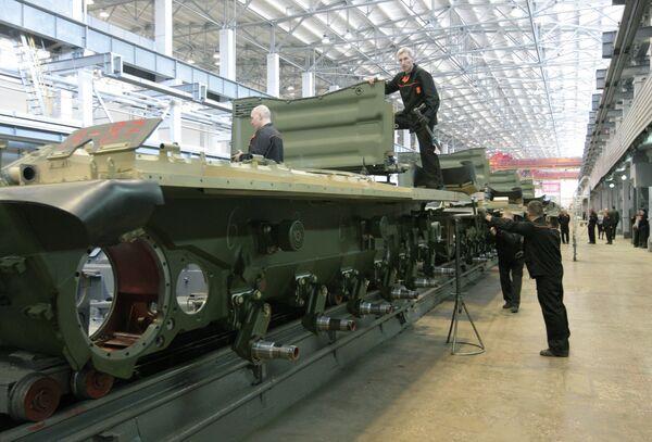 Рабочие Уралвагонзавода собирают танк. Архивное фото. - Sputnik Таджикистан