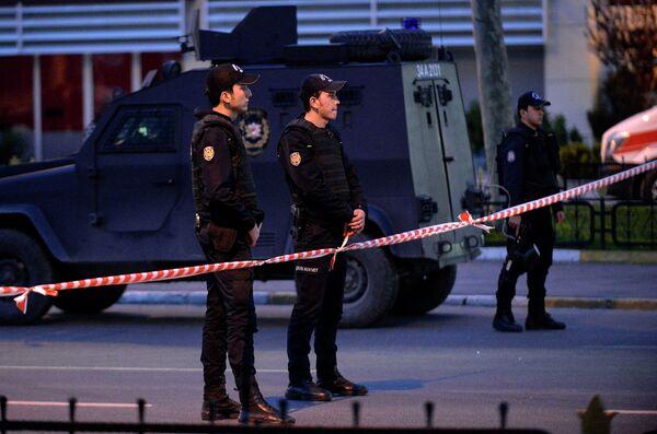 Полиция в оцеплении района в Стамбуле после нападения на здание управления безопасности 1 апреля - Sputnik Таджикистан