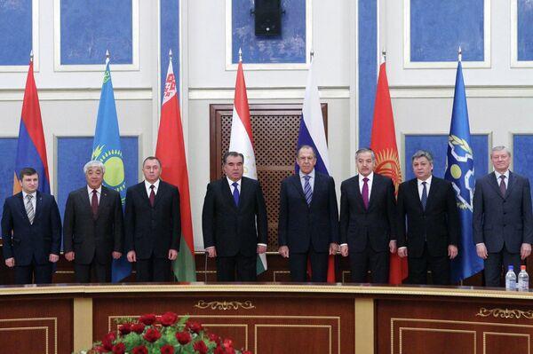 Коллективное фото на заседании Совета министров иностранных дел ОДКБ 2 апреля 2015 года  - Sputnik Тоҷикистон