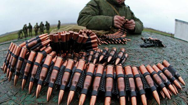 Военнослужащий заряжает патроны в оружейную ленту. Архивное фото - Sputnik Таджикистан
