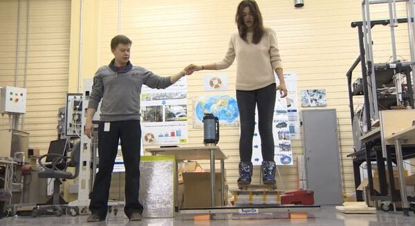 Девушка парила в воздухе на российском аналоге скейтборда из Назад в будущее - Sputnik Таджикистан