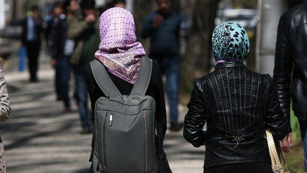 Девушки прогуливаются на проспекту Рудаки. Архивное фото - Sputnik Таджикистан