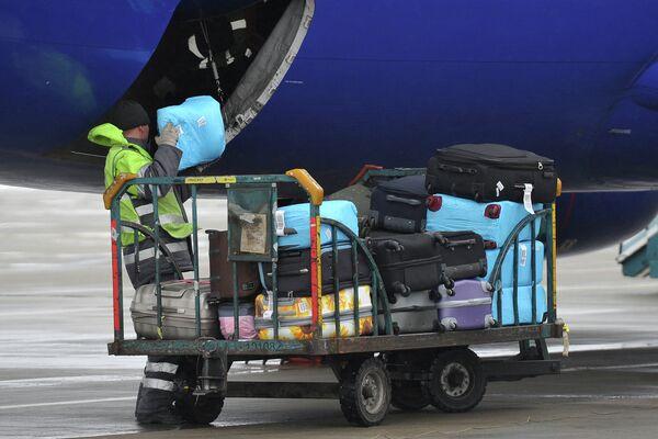 Погрузка багажа в самолет. Архивное фото - Sputnik Таджикистан