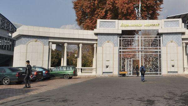 У входа в Центральный республиканский стадион в Душанбе. Архивное фото - Sputnik Таджикистан