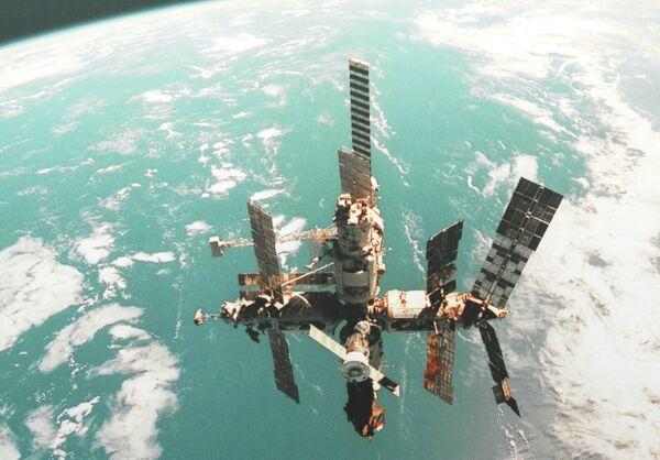 Репродукция с фотографии орбитальной станции Мир - Sputnik Таджикистан