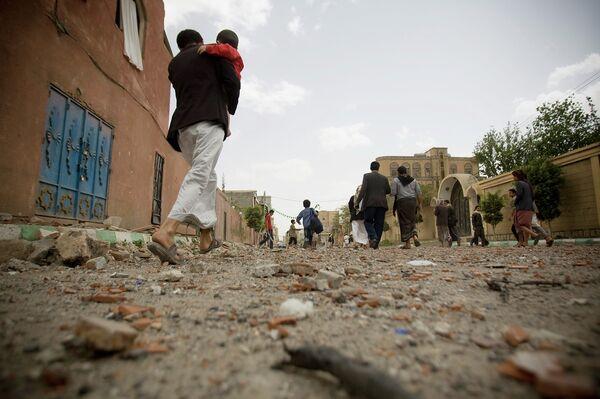 Люди идут по улицам города Саны (Йемен) 13 апреля 2015 года - Sputnik Таджикистан
