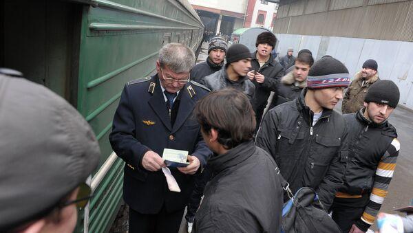 Проверка документов у мигрантов. Архивное фото - Sputnik Таджикистан