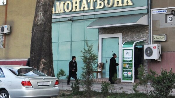Возле главного офиса Амонатбанка в Душанбе. Архивное фото - Sputnik Таджикистан
