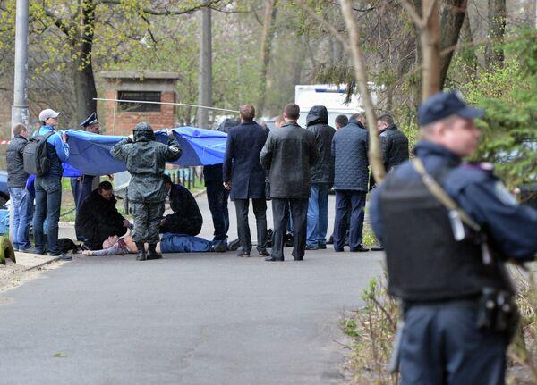 Криминалисты и работники полиции работают на месте убийства журналиста-оппозиционера Олеся Бузины в Киеве. - Sputnik Таджикистан