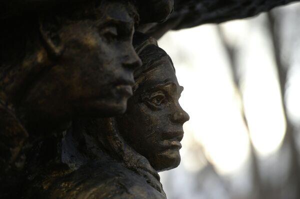 Памятник детям-труженикам тыла в Екатеринбурге. Архивное фото - Sputnik Таджикистан