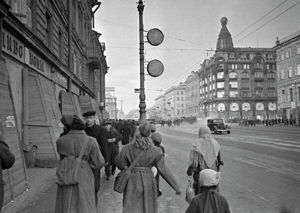 На Невском проспекте в блокадном Ленинграде. 1941 год - Sputnik Таджикистан