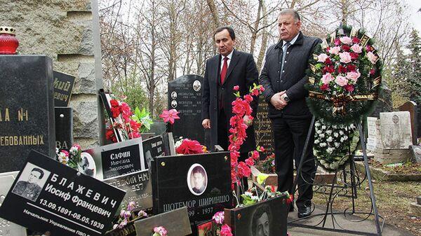 Посол РТ в России возложил венки к памятнику героев Таджикистана - Sputnik Таджикистан