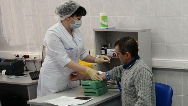 Иностранный гражданин проходит медицинское обследование в рамках комплекса услуг для оформления трудового патента в Едином миграционном центре Московской области. Архивное фото - Sputnik Таджикистан