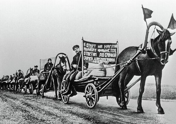 Колхозники везут зерно для фронта. 1941 год - Sputnik Тоҷикистон