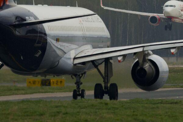 Самолет совершает посадку. Архивное фото - Sputnik Таджикистан