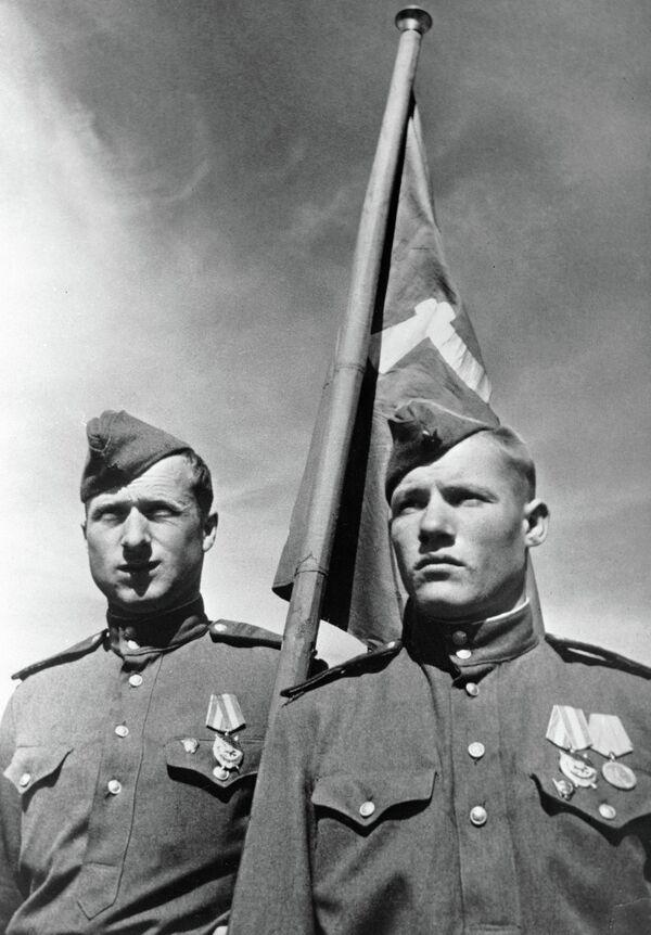Советские солдаты Михаил Егоров (справа) и Мелитон Кантария , водрузившие Знамя победы над берлинским Рейхстагом в мае 1945 года. - Sputnik Таджикистан