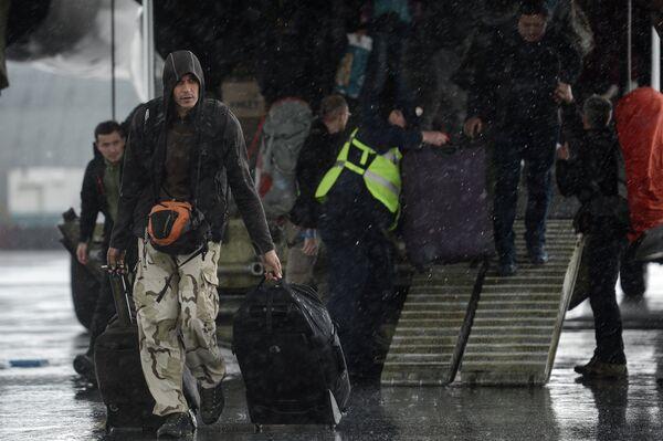Граждане России и других государств, оказавшиеся в зоне чрезвычайной ситуации в Республике Непал, в аэропорту Домодедово Московской области - Sputnik Таджикистан
